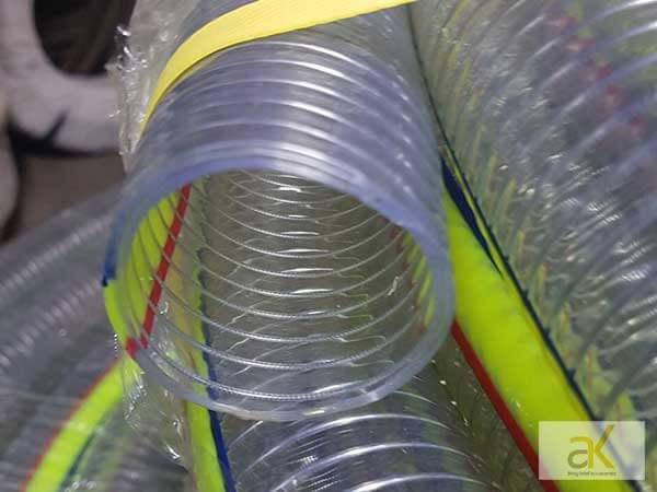 Ống nhựa lõi thép với khung thép xoắn hình lò xo bên trong