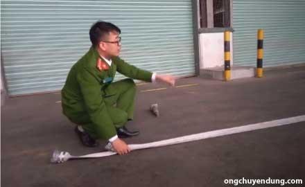 Cách cuộn vòi chữa cháy bước 2