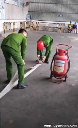 Cách cuộn vòi chữa cháy bước 3